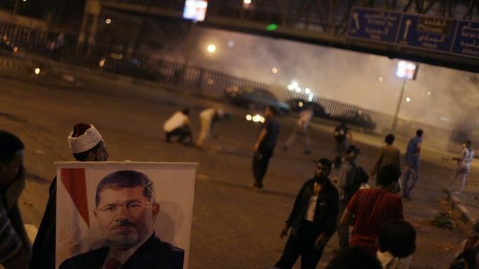 Selon les Frères musulmans, au moins 75 partisans du président égyptien destitué Mohamed Morsi ont été tués dans des affrontements avec la police tôt samedi matin sur la route de l'aéroport du Caire.