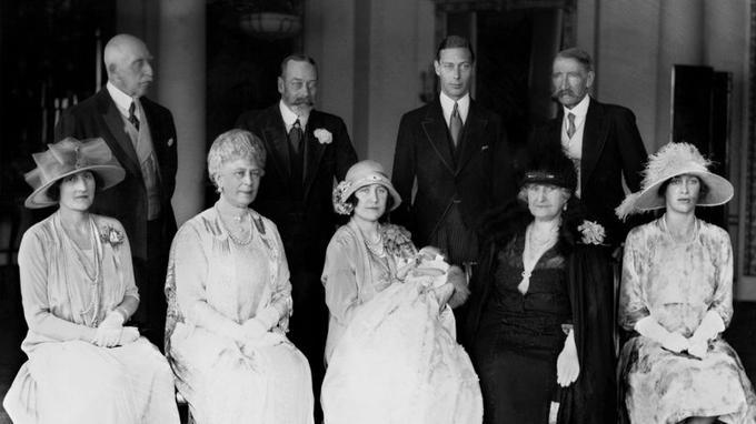 La famille royale lors du baptème d'Elizabeth II en 1926. Depuis 1841, soixante-dix bébés se sont fait baptiser dans la robe de dentelle et de satin portée par la fille aînée de Victoria. Depuis 2008, on utilise une reproduction. Les fonts baptismaux, en forme de lys, remontent aussi à Victoria tandis que l'eau bénite vient du Jourdain.