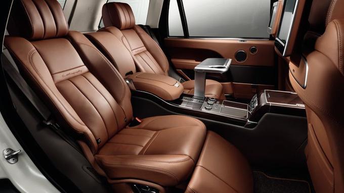 L'espace arrière du Range Rover LWB en version Autobiography multiplie les raffinements.