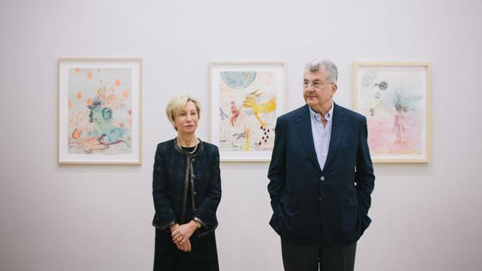 Florence et Daniel Guerlain devant les dessins aux couleurs émaillées de Rina Banerjee, artiste née à Calcutta en 1963 et qui travaille à New York. <i>Photo Lucien Lung pour Le Figaro.</i>