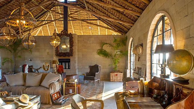 Explorer Lounge, un salon pour observer la savane, parmi les objtets de curiosité chers aux explorateurs.