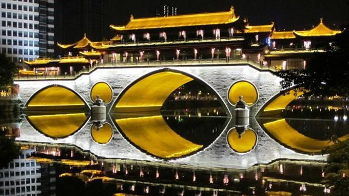 Fondée au IIIe siècle avant J-C, la capitale de l'ancien royaume de Shu est aujourd'hui une cité aux proportions dantesques. (GC)