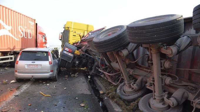 Les collisions ont fait un mort et 67 blessés, dont plusieurs étaient toujours entre la vie et la mort mardi soir.