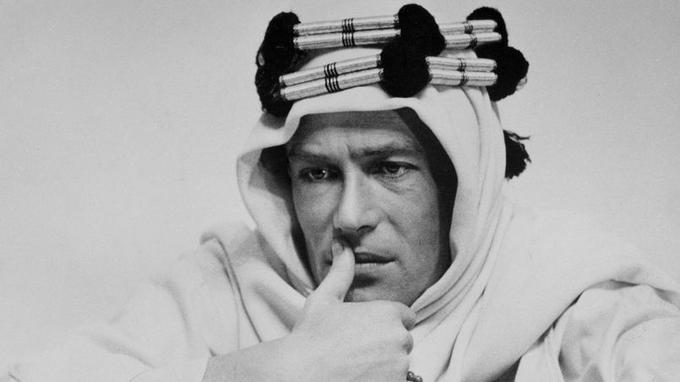 Ce monstre sacré du théâtre et du grand écran britanniques doit sa renommée internationale à l'épopée cinématographique <i>Lawrence d'Arabie</i> (1962) de David Lean.Il y incarne avec passion et force le rôle du colonel et écrivain britannique T.E. Lawrence, qui rêvait d'unifier la péninsule Arabique mais échoua.