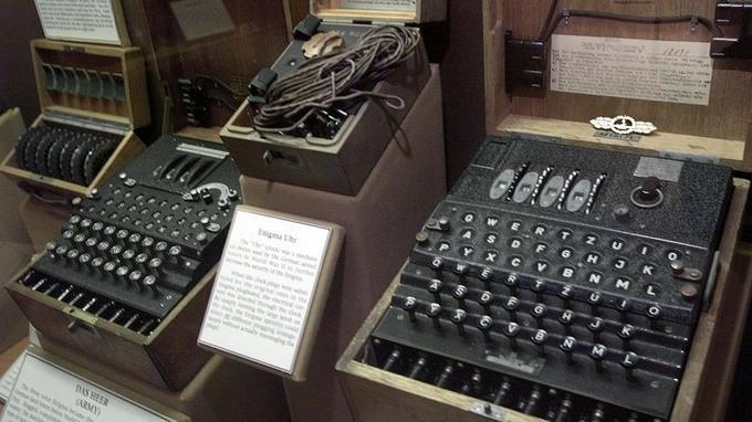 Considéré comme inviolable, Enigma reposait sur une suite de codages et de codages de codages réalisés par trois rotors chiffrés successifs, dont les Allemands modifiaient chaque jour la disposition et les combinaisons.