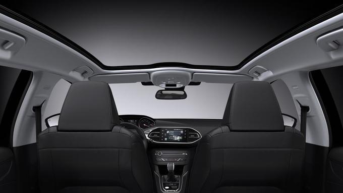 La nouvelle Peugeot 308 SW reste fidèle au toit en verre panoramique.
