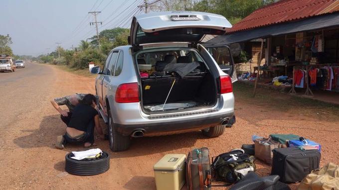 Une crevaison oblige à sortir les bagages du coffre pour accéder à la roue de secours.
