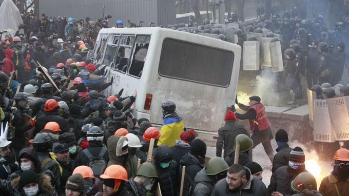 Les manifestants ont détruit un fourgon de police.