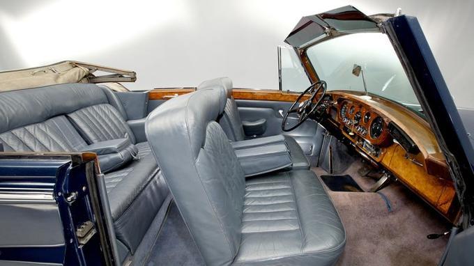 Accueillant facilement quatre personnes, l'habitacle de la Rolls-Royce Silver Cloud Cabriolet est un modèle de luxe et de raffinement.