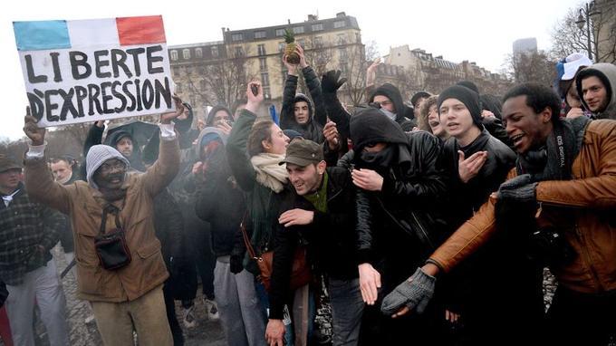 Des manifestants au départ du défilé, place de la Bastille.
