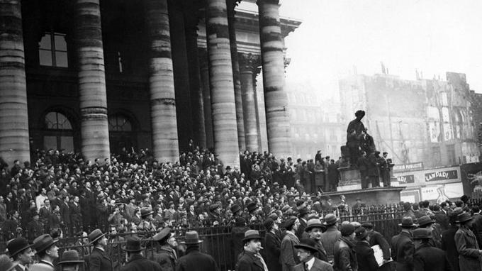 Les manifestants sur les marches de la Bourse de Paris, le 6 février 1934.