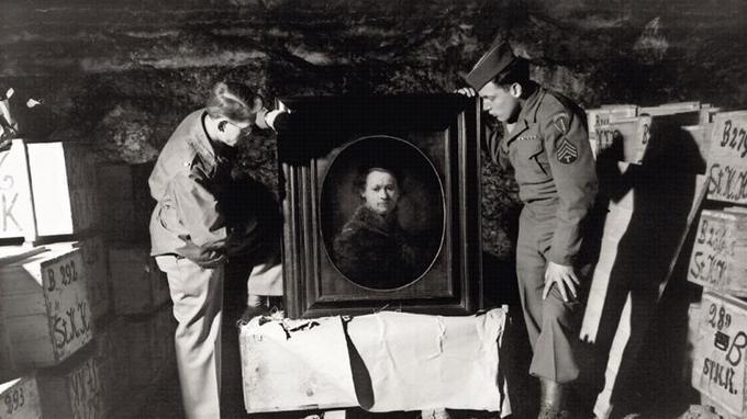 Le fameux autoportrait de Rembrandt retrouvé dans la mine d'Heilbron par les <i>monuments men</i> Dale V. Ford et Harry Ettlinger.