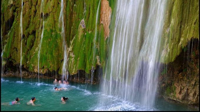 Un bain d'eau fraîche attend les plus téméraires dans le bassin creusé par le Salto el Limón.