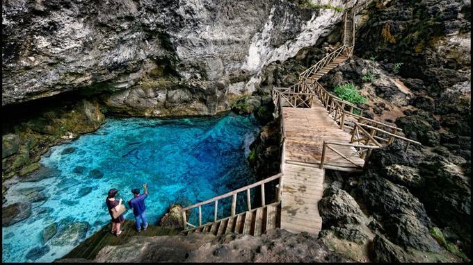 Un sentier botanique mène au gouffre au fond duquel étonne le bleu d'Hoyo Azul.