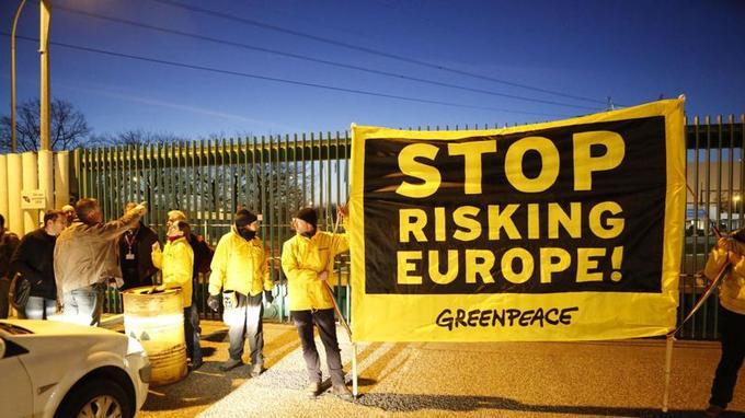 Des militants de l'organisation écologiste Greenpeace ont forcé mardi à l'aide d'un camion l'enceinte de la centrale nucléaire de Fessenheim (Haut-Rhin) pour dénoncer les failles dans la sécurité du plus vieux site du parc nucléaire français.