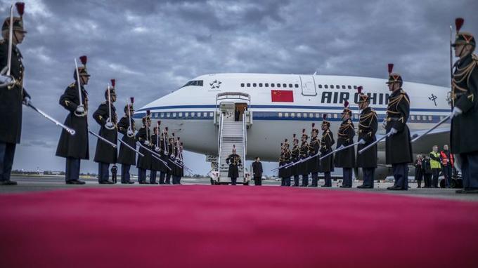 Lyon, mardi 25 mars: l'aéroport de Lyon-Saint-Exupéry déroule le tapis rouge avec tout le faste de la République pour le président chinois Xi Jinping, en visite en France pour trois jours.