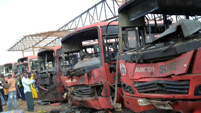 Dans la gare routière de Nyanya. La déflagration a laissé un trou de plus d'un mètre de profondeur et projeté des affaires personnelles et des lambeaux de chair sur toute la gare routière.