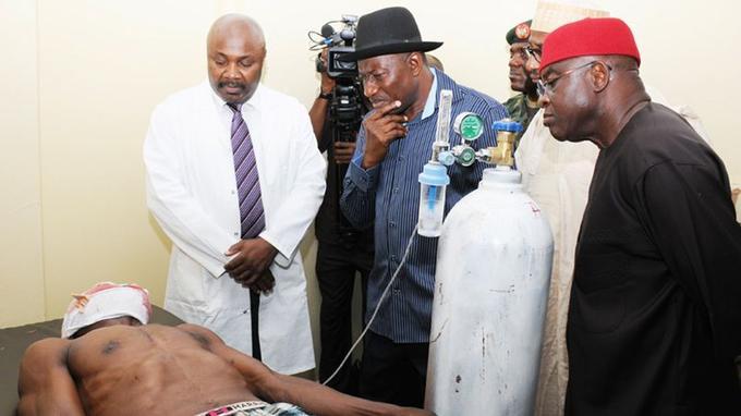 Le président Goodluck Jonathan (au centre) a visité des blessés. «Boko Haram est une page très laide de l'histoire de notre développement (...) mais nous allons en venir à bout», a-t-il affirmé.