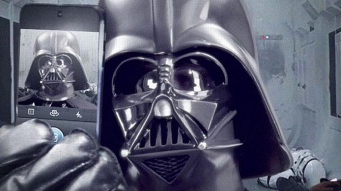 Dark Vador se prend en «selfie» juste après l'assaut du vaisseau spatial de la princesse Leïa dans <i>Star Wars IV</i>: une jolie photo souvenir.