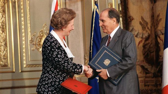 Le 29 juillet 1987: le président François Mitterrand échange avec le premier ministre britannique Margaret Thatcher les instruments de ratification du tunnel sous la Manche. Les deux chefs d'États avaient signé un an plus tôt, le 12 fév 1986, le Traité de Canterbury, première pierre du chantier du tunnel sous la Manche.