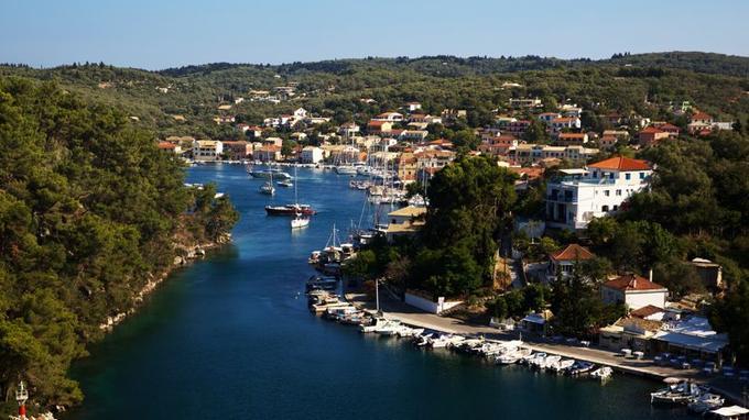 Fermé par une petite île, le port de Gaïos forme un chenal où s'amarrent, les uns pressés contres les autres, barques et voiliers.