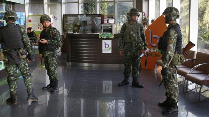 Des soldats thaïlandais occupent le hall d'entrée des services de la station de télévision nationale NBT (National Broadcast Television). L'annonce de la loi martiale, qui vise «à restaurer la paix et l'ordre public», a été faite sur la télévision contrôlée par les militaires.