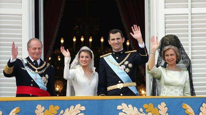 Juan Carlos avec son fils Felipe lors du mariage de ce dernier avec Letizia Ortiz, il y a dix ans.