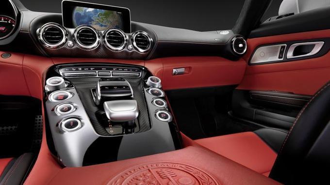 Par rapport à la SLS AMG, la principale innovation concerne la console centrale surélevée.