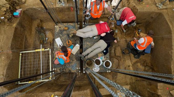Les archéologues travaillent sur des plateformes suspendues, pour éviter d'abîmer le contenu du tombeau.