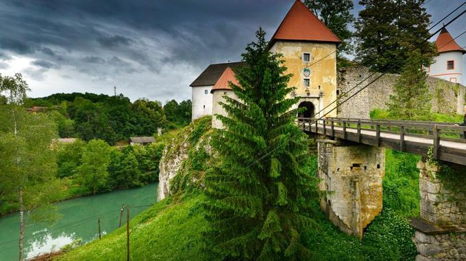 Sur la route entre Zagreb et le Parc national des lacs de Plitvice, une étape médiévale: le château d'ozalj, construit au XIIIe siècle, il a résisté aux Mongols et aux Ottomans.