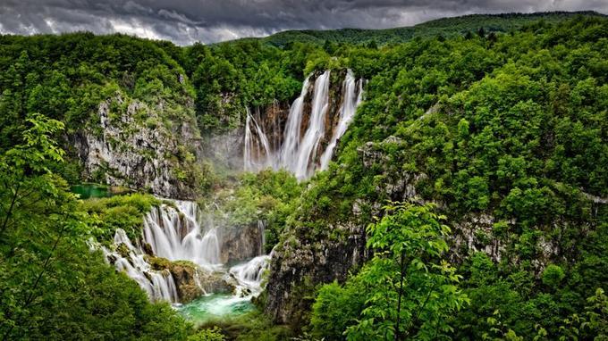 Le Parc national des lacs de Plitvice attire plus d'un million de visiteurs par an. Les deux meilleures saisons sont le printemps et l'automne.