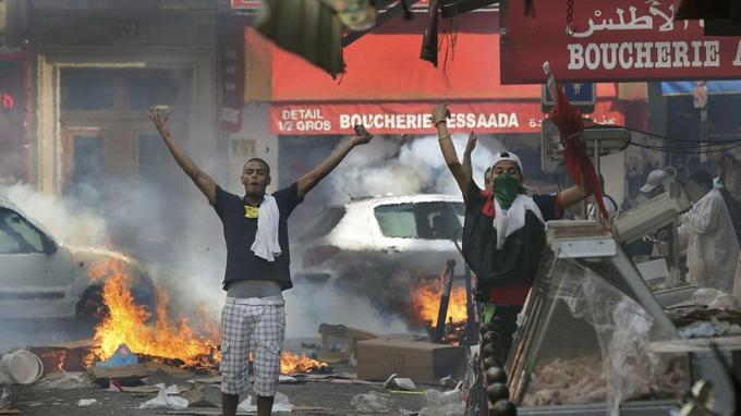 En marge de ce rassemblement interdit, une centaine de personnes s'en sont pris aux forces de l'ordre dans le nord de la capitale «principalement avec des jets de projectiles», pierres et bouteilles.