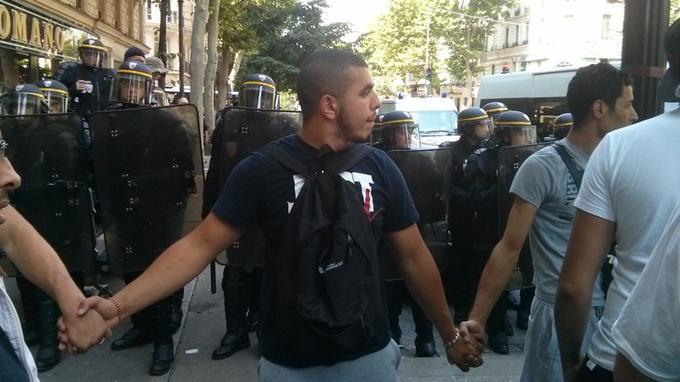 Au niveau de Château-Rouge à Paris, des manifestants ont formé une chaîne humaine devant les CRS qui leur bloquaient l'accès. Crédits photo: Maxime Bellec.