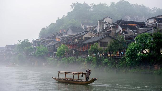 Fenghuang, petite Venise de la Chine ancestrale. La ville, dont le nom signifie «cité du phoenix» est avant tout le berceau de l'ethnie Miao.