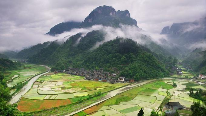 Les Miaos vivent encore de façon traditionnelle. Le village de Ludongshan respecte parfaitement les préceptes du feng-shui, une discipline qui leur est chère.