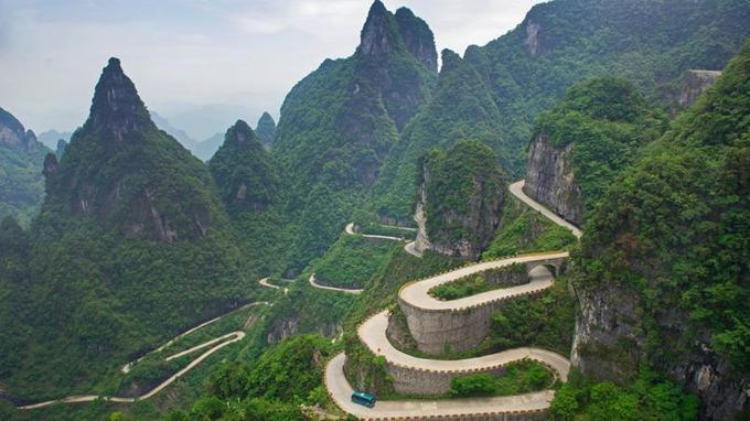 La route n°1 grimpe en lacet jusqu'au sommet de la montagne Tianmen culminant à 1 100 m. Les 11 Kilomètres de bitume additionnent 99 virages à 180 degrés.