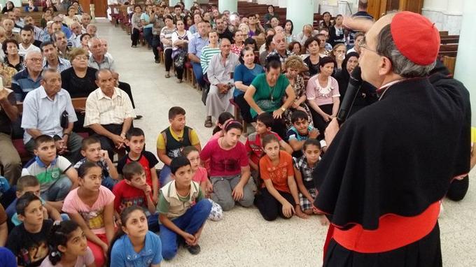 Le cardinal Barbarin prononce un discours devant les réfugiés chrétiens d'Irak dans la cathédrale de Qaraqosh.