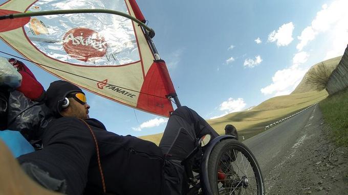 En avril, le cycliste à voile a traversé le Caucase, en Arménie.