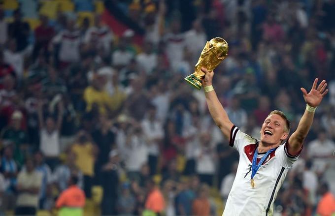 Après avoir humilié le Brésil, pays organisateur, en demi-finale (7-1), les Allemands (ici, le milieu de terrain Bastian Schweinsteiger) remportent la Coupe du monde en venant à bout de l'Argentine en finale (1-0).