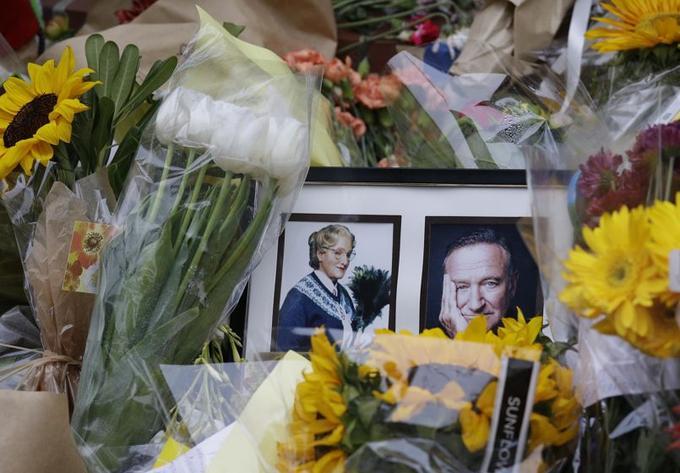 De nombreux fans de l'acteur ont voulu lui rendre un dernier hommage, comme ici devant l'une des maisons ayant servi pour le tournage de <i>Madame Doubtfire</i>.