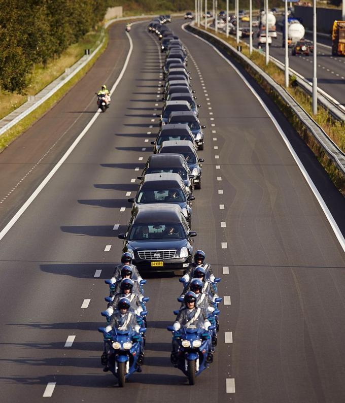 Cette image émouvante du convoi de corbillards transférant les corps des victimes néerlandaises du crash du vol MH17 vers la ville de Hilversum, où ils seront identifiés, a fait le tour du monde.