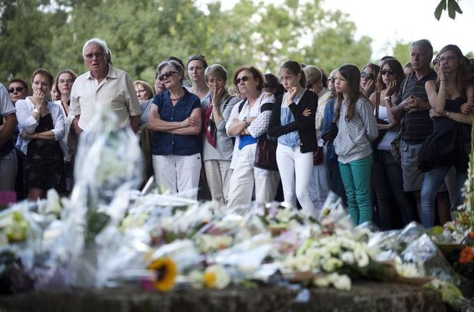 Plus de mille personnes ont participé le 3 août à Rouans, près de Nantes, à une marche silencieuse en hommage aux sept membres de la famille Ouedraogo disparus dans le crash.