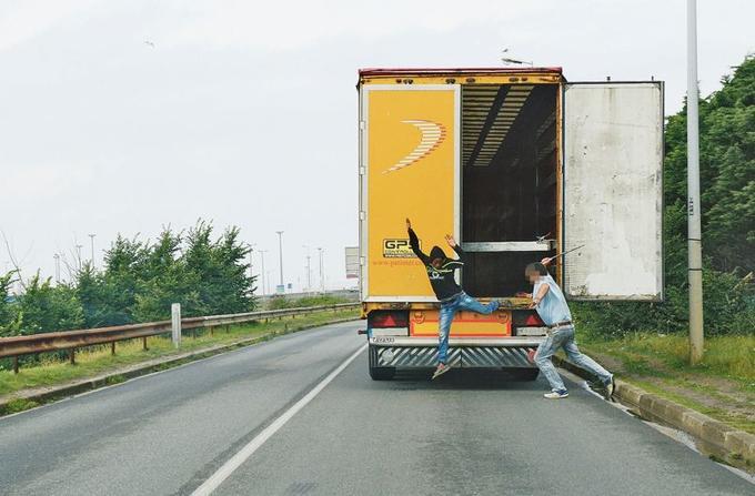 Chaque semaine, plusieurs centaines de migrants sont sortis des camions qui transitent par le port de Calais.