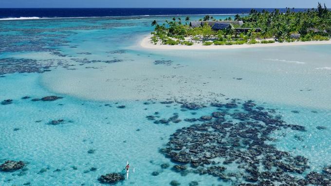 The Brando, sur le motu Onetahi, une des îles de l'atoll, ici, la piscine et les bâtiments qui abritent les restaurants.