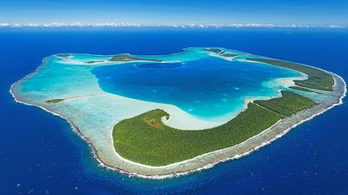 Treize îlots (motu en tahitien) composent l'atoll de Tetiaroa, à 53 kilomètres au nord de Tahiti. Un seul est occupé par l'hôtel The Brando. Les autres sont la propriété des oiseaux de mer.
