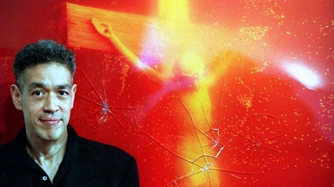 L'artiste Andres Serrano devant son <i>Piss Christ </i>vandalisé, en 1997 en Australie.