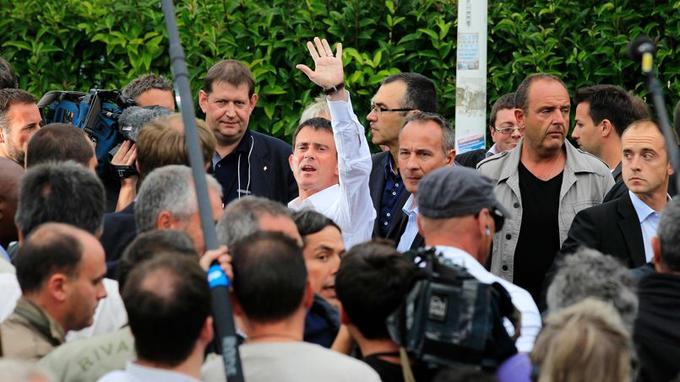Le Premier ministre Manuel Valls a fait la tournée des cafés du port de La Rochelle, à pied, avant de se rendre à l'esplanade de l'Encan, samedi.