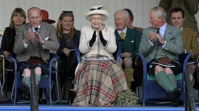 La reine, le prince Philip et le prince Charles lors d'une fête samedi en Écosse.