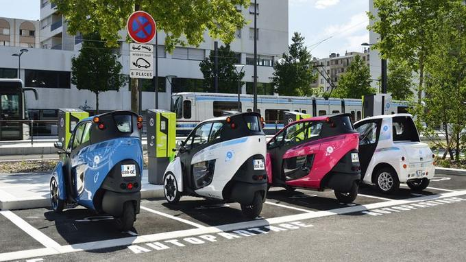 27 stations permettent de recharger les i-Road et Coms (à droite) pour un montant variant, hors abonnement, de 3 € (15 minutes) à 19 € (4 heures). Une quarantaine de prises (sur 120) sont disponibles pour les autres véhicules électriques.