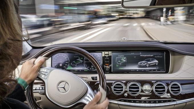 En ville, la S 500 roule la majeure partie du temps sur son moteur électrique affichant une puissance de 116 ch et un couple de 340 Nm.